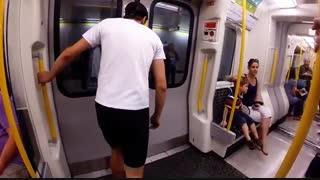مسابقه پسر جوان با مترو برای رسیدن به ایستگاه بعد