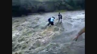 یک کلیپ واقعی از گرفتار شدن چند نفر در رودخانه و سیل
