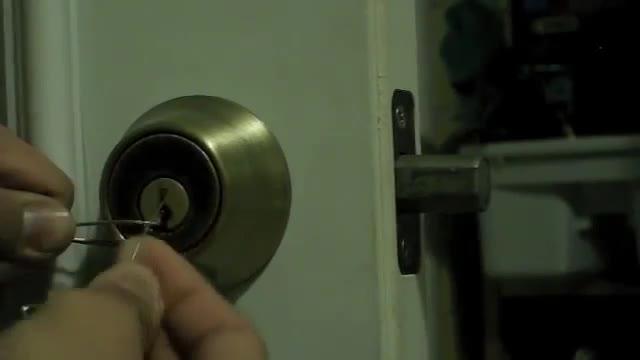 باز کردن قفل بدون کلید توسط گیره کاغذ ( ویدئو چهارم ) - نماشا