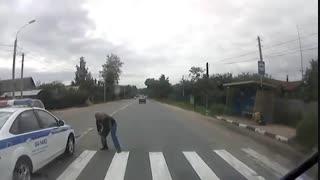 تصادف ماشین پلیس با عابر