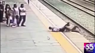 تصاویر دوربین مداربسته از لحظه نجات زن جوان توسط مامور مترو