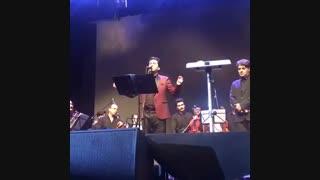 محمد معتمدی در کنسرت گلونی پوشید
